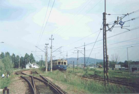Wjazd składu EN57 relacji Trzebinia - Wadowice na stację w Wadowicach