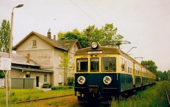 Stacja Trzebinia Siersza, pociąg osobowy do Wadowic czeka na kończących pracę górników