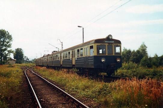 EN57-975 jako pociąg 3324 z Wadowic do Trzebini odjeżdża ze Stacji w Okleśnej.