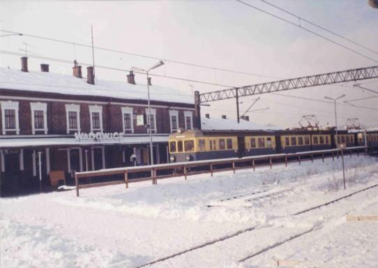 EN57 jako pociąg do Trzebini oczekuje na wyjazd na peronie Stacji w Wadowicach.