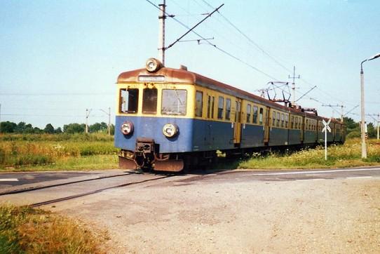 LIPIEC 2002 EN57-1576 jako pociąg 3326 z Wadowic wjeżdża do Spytkowic