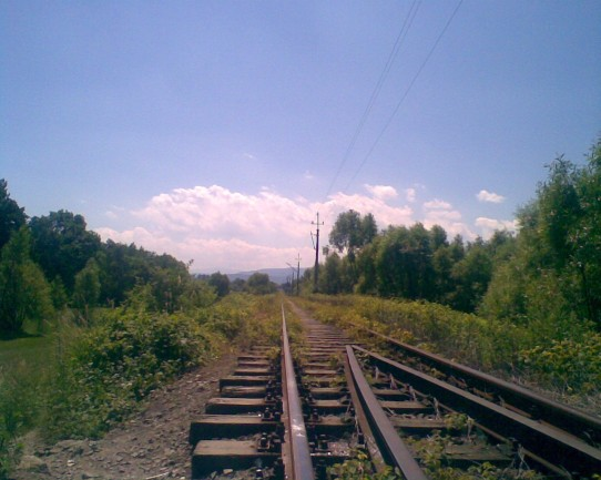 Radocza, wyjazd z mostu na Skawie (w oddali masyw Babiej Góry)